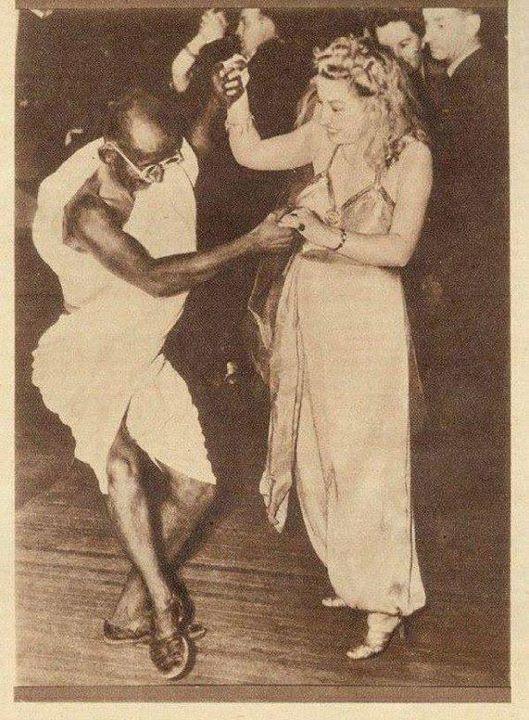 Il Mahatma Ghandi mentre balla