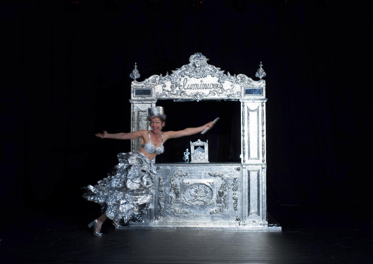 """Teatrino di fogli d'alluminio nello spettacolo """"Aluminures"""" di Barbara Melois"""